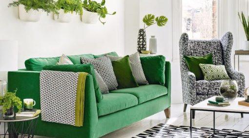 Sofa nỉ màu xanh lá tạo không gian tươi mới, mát mẻ