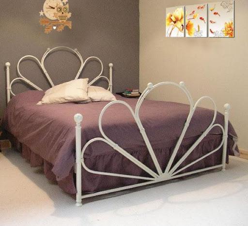 Giường sắt giúp phòng ngủ trở nên lãng mạn và ấm cúng hơn